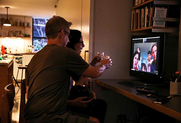 Американская семья общается с родственниками по Skype после рабочего дня на удаленке