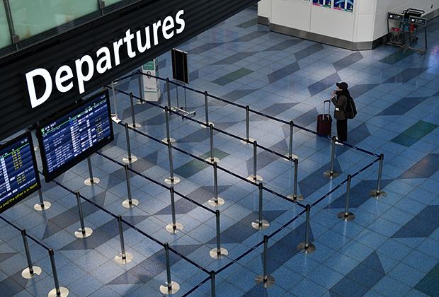Пассажир в пустом аэропорту Токио