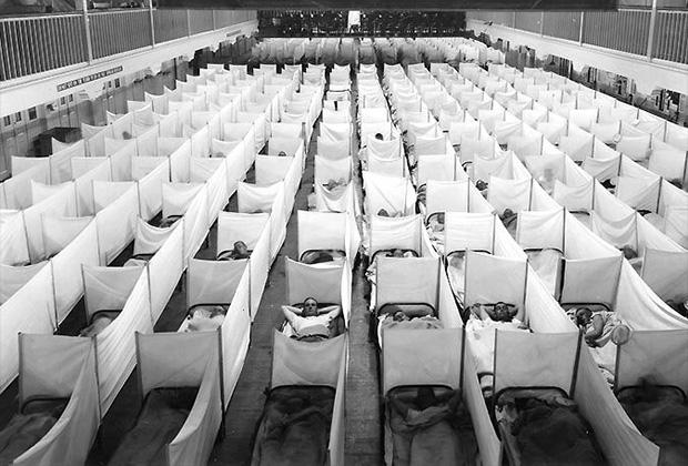Импровизированный госпиталь, устроенный в гимнастическом зале казарм ВМС США для военнослужащих, заболевших «испанкой». Сан-Франциско, США, 1918 год