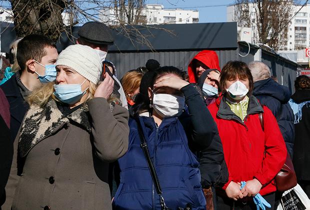 Очередь на автобусной остановке в Киеве. Метро закрыто, в салон автобуса пускают не более 20 человек