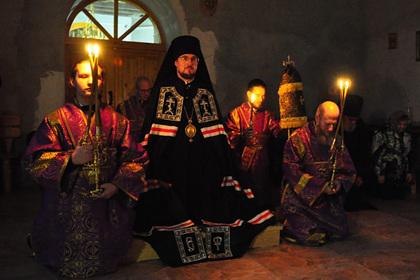 Епископ Флавиан (в центре)