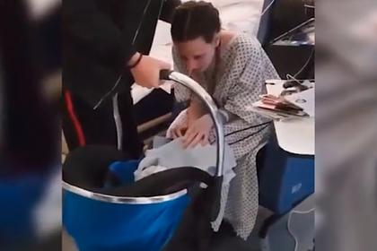 Первая встреча вышедшей из комы матери с ее новорожденным сыном попала на видео