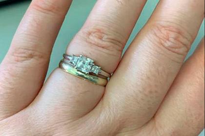 Женщина похвасталась обручальным кольцом и была пристыжена за толстые пальцы