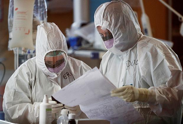 Медработники в защитных костюмах в римской больнице