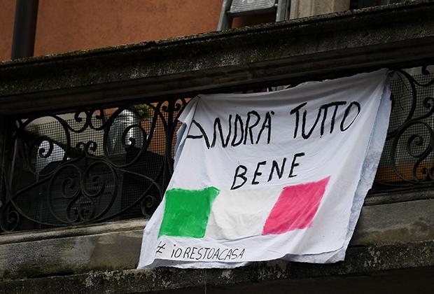 Надпись «Все будет хорошо» на плакате в Милане