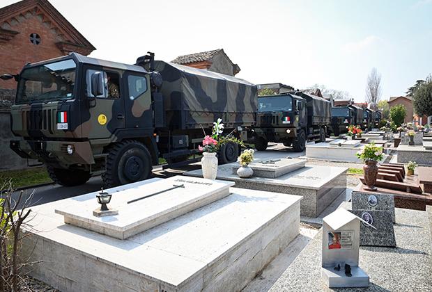 Армейский конвой на улицах Бергамо в провинции Ломбардия
