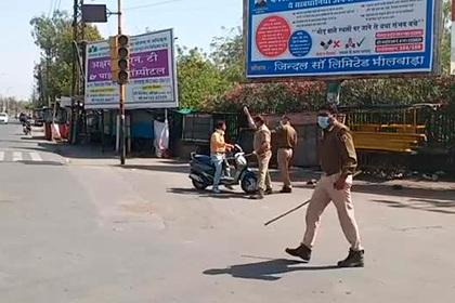 Индийская полиция палками загнала людей на карантин