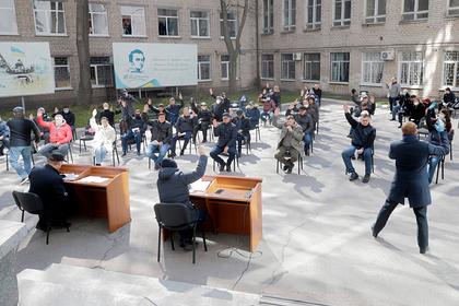 На Украине депутаты из-за коронавируса провели заседание горсовета во дворе