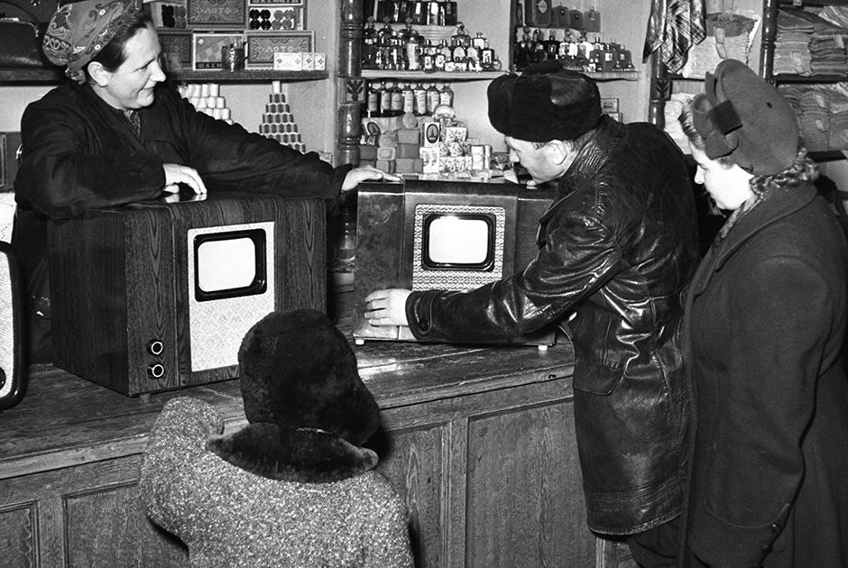 Покупатели выбирают телевизор в сельском магазине села Павловская слобода Истринского района Подмосковья. 1956 год