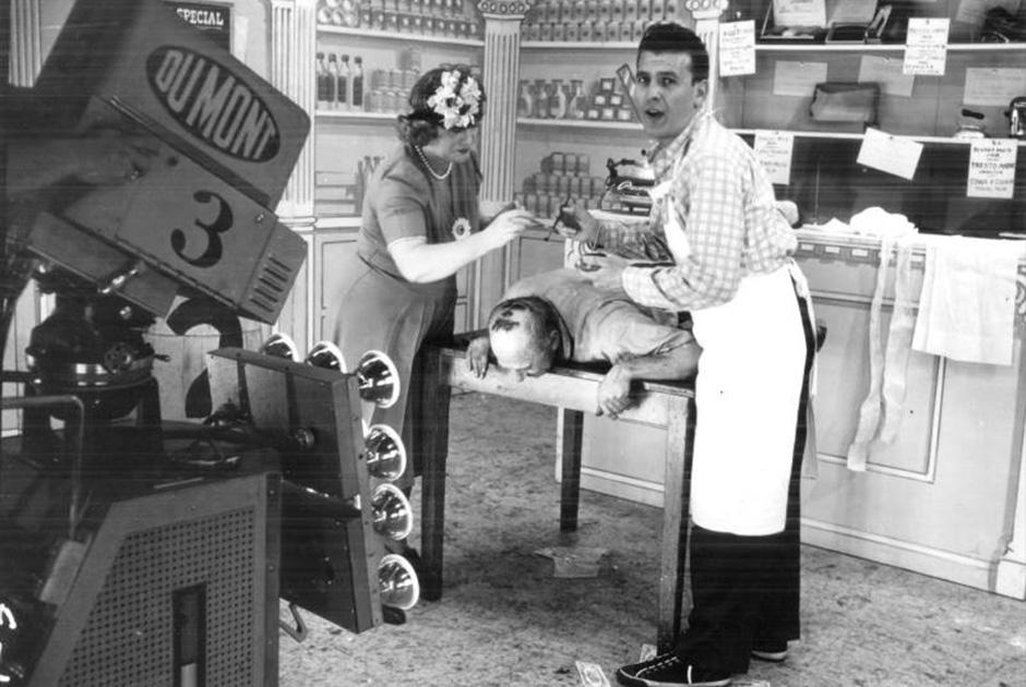Первое игровое телевизионное шоу Cash and Carry вышло на экраны в США в 1946 году