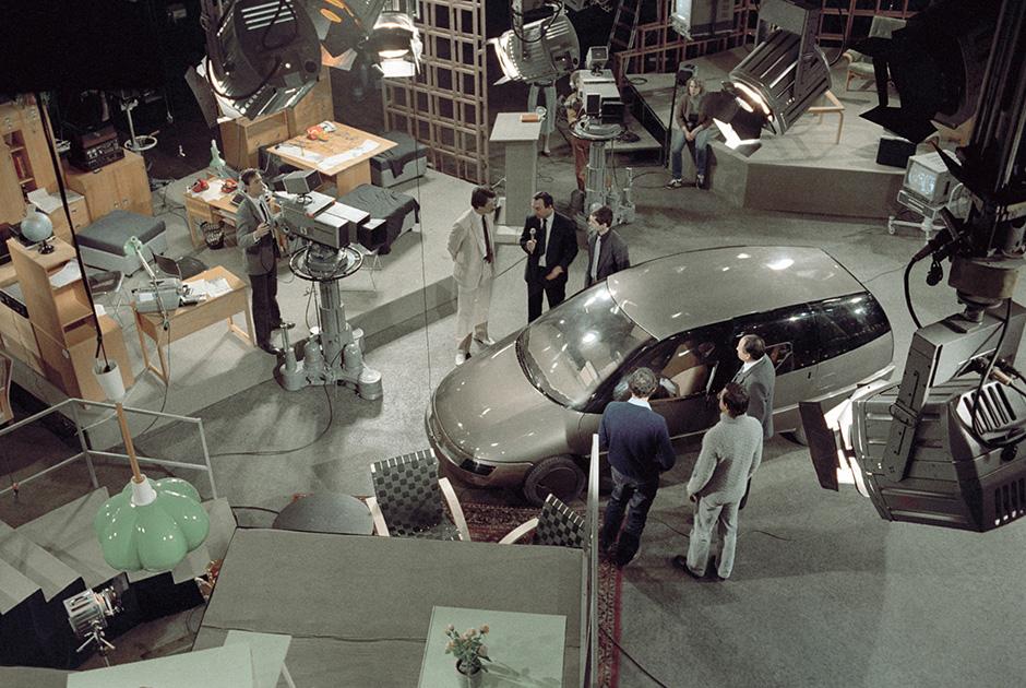 Ведущие программы «Взгляд» демонстрируют автомобиль «Охта», созданный ленинградскими самодеятельными конструкторами. 1988 год