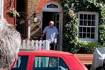 Соседи спасли 92-летнего мужчину на карантине от одиночества в день рождения