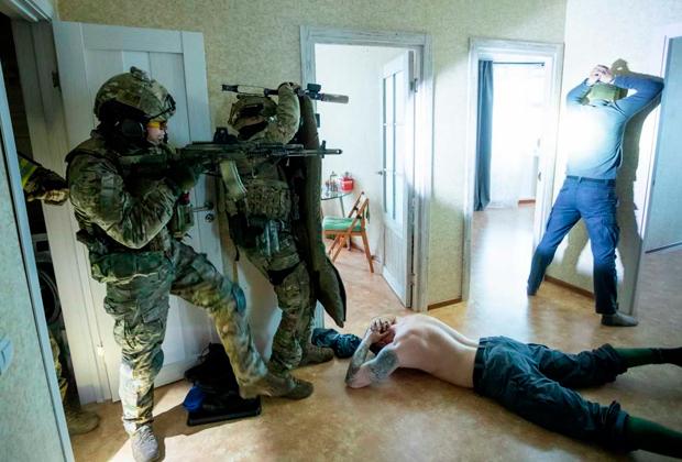 Бойцы Росгвардии задерживают преступников