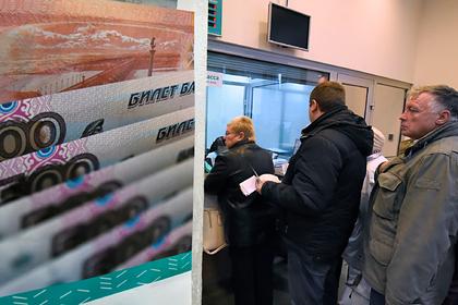 Россияне начали изымать деньги с банковских вкладов