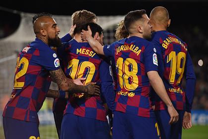«Барселона» принудительно урезала зарплаты игрокам из-за коронавируса