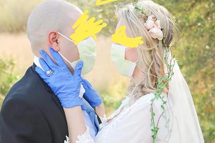 Нелепые наряды решившихся пожениться в пандемию коронавируса высмеяли в сети