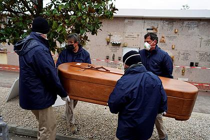 В Испании за сутки от коронавируса погибли почти 800 человек