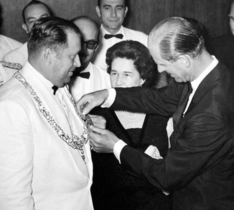 Парагвайский диктатор Альфредо Стресснер получает медаль от британского принца Филиппа, герцога Эдинбургского, во время визита принца в Парагвай, 1963 год