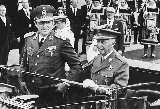 Диктаторы Альфредо Стресснер и генерал Франсиско Франко едут по улицам Мадрида на церемонию, где Стресснер получит ключи от города, 19 июля 1973 года