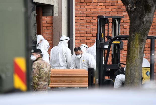Военные на улицах Италии сопровождают медработников, которые забирают тело умершего