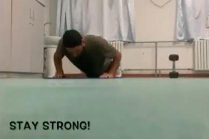 Заразившийся коронавирусом футболист показал тренировку в больничной палате