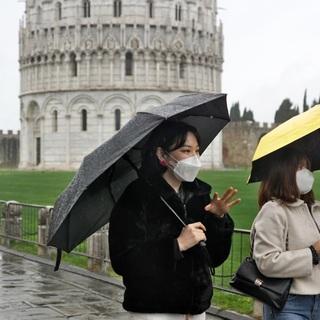 Туристы в защитных масках в Италии