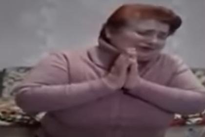 Украинка на коленях извинилась за заражение односельчан коронавирусом