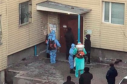 Подъезд дома в Казахстане заперли из-за коронавируса
