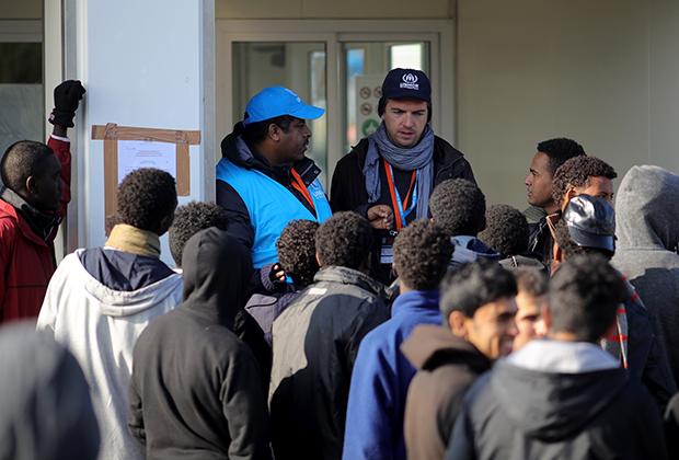 Сотрудники ООН общаются с беженцами