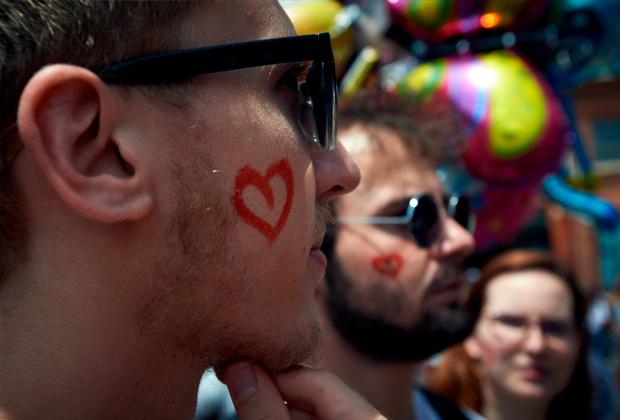 Российские ЛГБТ-беженцы ищут спасение в Европе. Что ждет их в охваченной коронавирусом Франции?