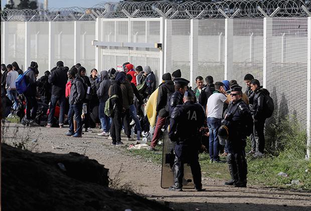 Беженцы в ожидании транспорта, на котором их развезут по разным частям Франции