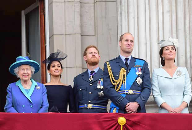 Королева Елизавета II, Меган Маркл, принц Гарри, принц Уильям и его супруга Кейт Миддлтон (слева направо)