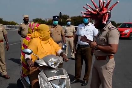 Полицейский вышел на улицы в экстравагантном шлеме в виде коронавируса