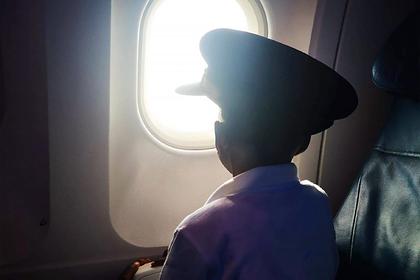 Фото сироты около иллюминатора во время коронавируса умилило пользователей сети