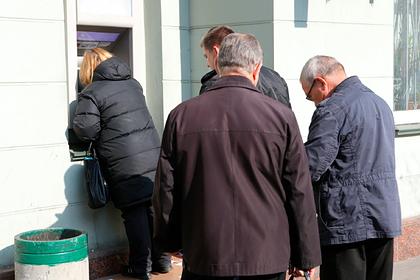 Россияне забрали из банков валюту на триллионы долларов