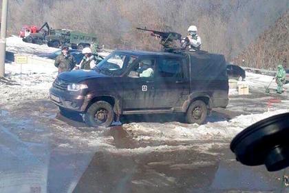 На въезде в российский город появились пулеметчики и противотанковые ежи
