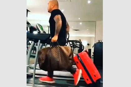 Мужчина с чемоданами на беговой дорожке позабавил пользователей сети