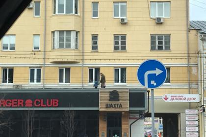 Самоизоляция вынудила россиян выгуливать детей на крыше