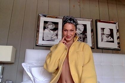 Самая красивая женщина в мире поделилась снимками в пальто на голое тело