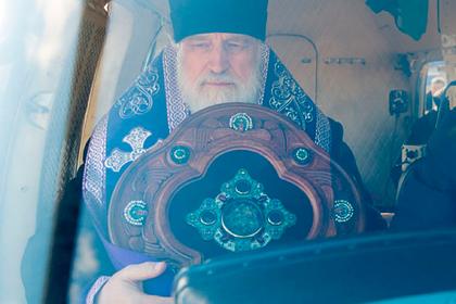 Глава белорусской церкви снова облетел страну с молебном против пандемии