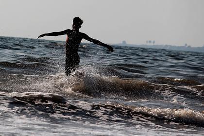 Нарушитель карантина уплыл в море от полицейских и подставил друзей