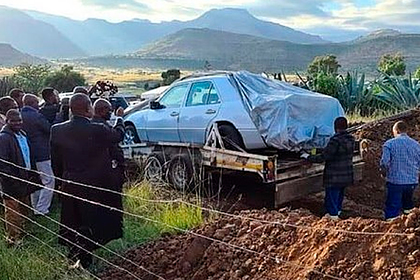 Покойного политика закатили в могилу на иномарке