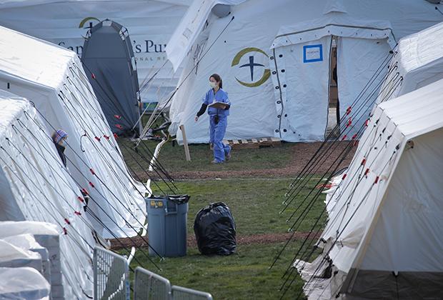 Медсестра среди палаток временного госпиталя в Центральном парке Нью-Йорка