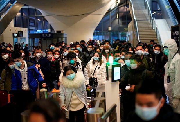 Китайцы на железнодорожной станции в Ухане после того, как движение было восстановлено