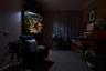 Фотограф из Нидерландов Йоррит Хоэн (Jorrit T. Hoen) специализируется на снимках архитектуры. В новом проекте он обратил внимание на освещение в доме, а точнее — то, как выглядит жилище при его практически полном отсутствии. На это его вдохновил случай: он заметил в соседнем доме странное свечение. Подойдя поближе, Хоэн увидел в окне темную комнату, внутри которой свет шел лишь от аквариума в углу. Этот вид показался ему завораживающим. Он сравнил атмосферу той комнаты со сценой из фильма Дэвида Линча.