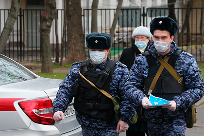 В Москве начали проверять выходящих на улицу жителей