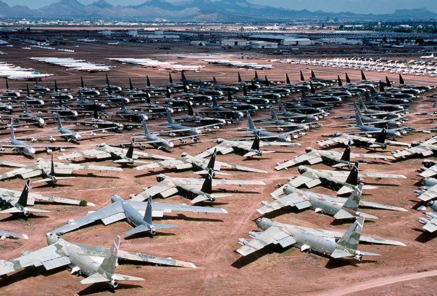 «Кладбище» бомбардировщиков B-52 на авиабазе Девис-Монтен, штат Аризона