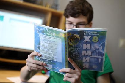 Российских школьников предупредили о возможной учебе летом