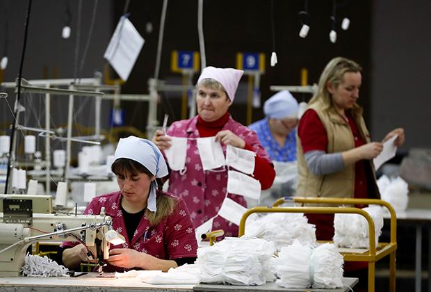Работницы госпредприятия «Блакит» шьют медицинские маски, 17 марта