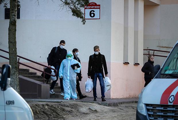 Студентов забирают в больницу в Минске, 13 марта